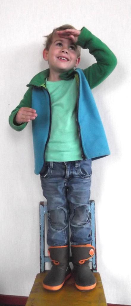 Hugo met zijn kniestukken (en het vest is ook van mijn hand)