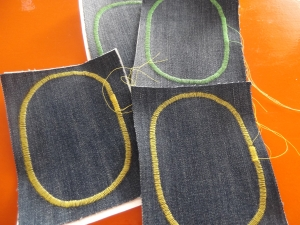 zDIY kniestukken / gat in knie spijkerbroek / DIY / handleiding kniestukken maken / zelf kniestukken maken / spijkerbroek repareren / knielappen zelf maken / zelf kniestukken maken / www.geensteekjelos.wordpress.com