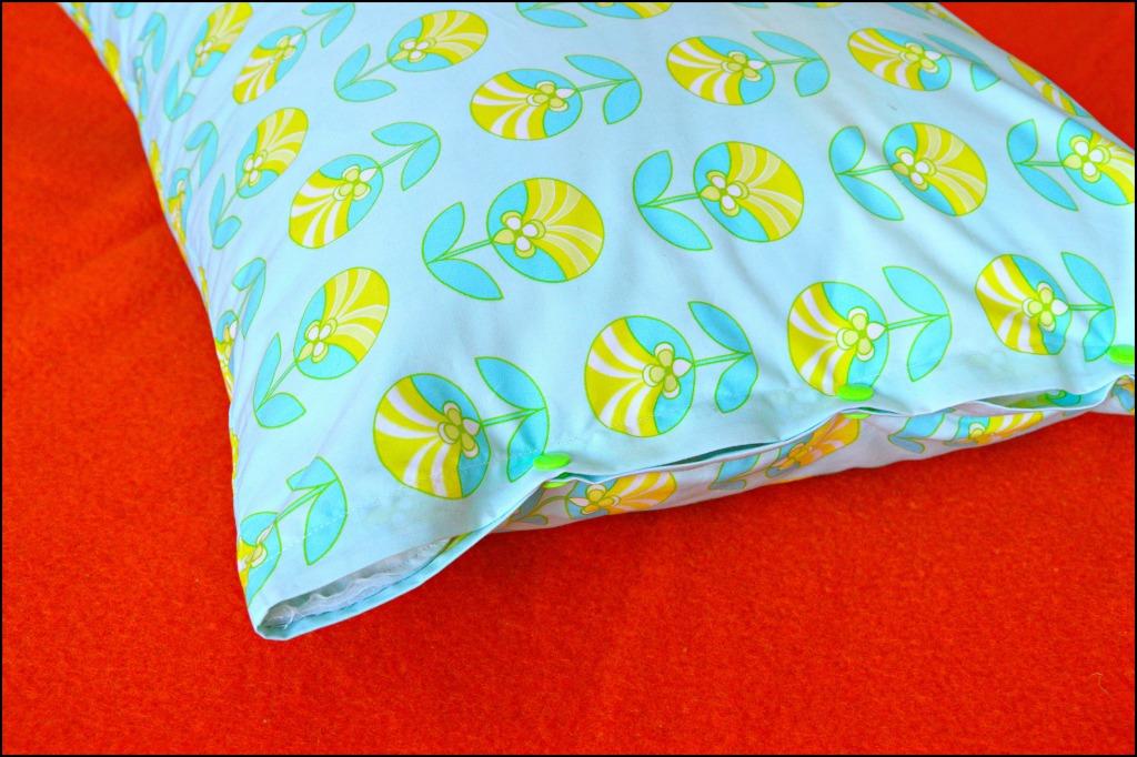 kussensloop maken voor IKEA kussens / zelf kussenslopen maken / beddengoed maken / handleiding kussenslopen maken / www.geensteekjelos.wordpress.com