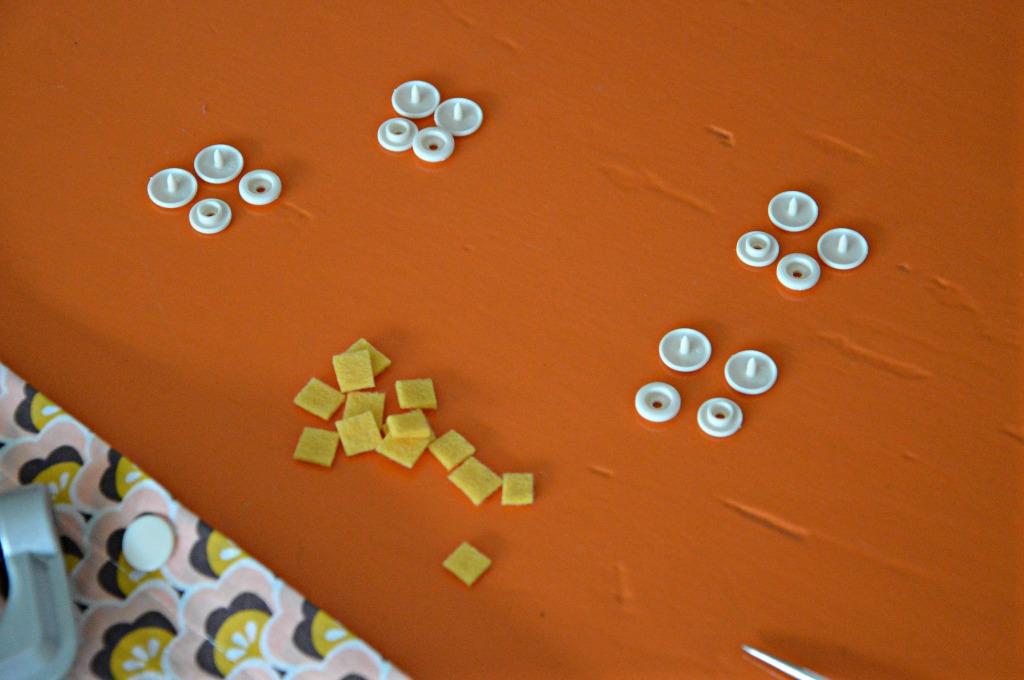 stukjes vilt knippen / bevestigen kam snaps / zelf kussenslopen maken  / retro stoffen / Soft Cactus / www.geensteekjelos.wordpress.com