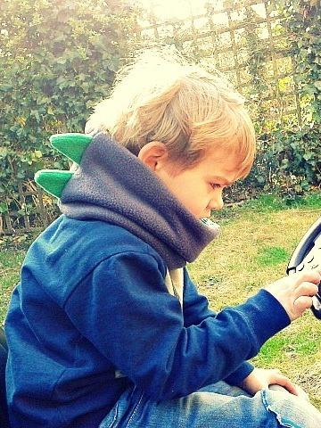 sjaal voor kinderen maken / fleece sjaal / zelf een sjaal maken / cirkel sjaal maken / dino sjaal / cirkel sjaal voor kinderen maken / www.geensteekjelos.wordpress.com
