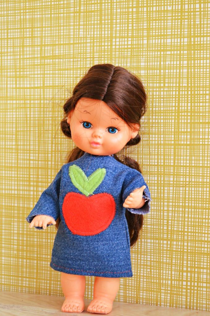 vintage popje met retro jurkje / patroon voor poppenjurkje / retro poppenjurkje / vintage poppenjurkje / retro popje / jurkje voor pop maken / zelf een poppenjurkje maken / www.geensteekjelos.wordpress.com
