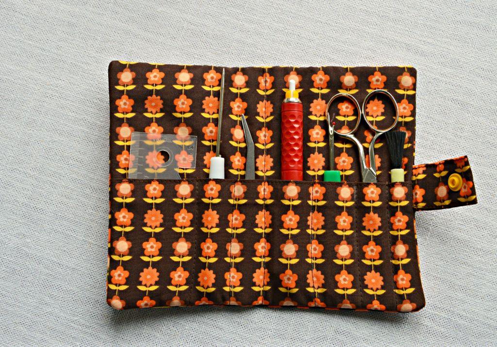 speldenkussen maken / retro speldenkussen / zelf een speldenkussen naaien / etui voor naaispullen / naai tasje maken /retro stof / www.geensteekjelos.wordpress.com