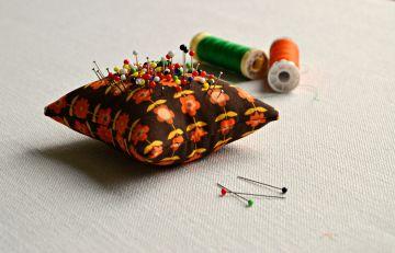 retro naaidoos / speldenkussen maken / retro speldenkussen / zelf een speldenkussen naaien / etui voor naaispullen / naai tasje maken /retro stof / www.geensteekjelos.wordpress.com